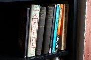 półka z książkami